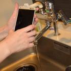 """実際に洗ってみた、ママも安心…ハンドソープで""""洗える""""スマホがKDDIから登場 画像"""
