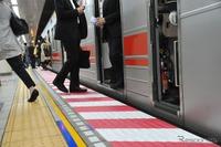 東京メトロ九段下駅ホームに赤白2色の「注意喚起シート」