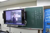 【電子黒板】内田洋行…既存の黒板にレールで設置、スライド可 画像