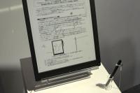 【EDIX2013】実証実験予定のA4サイズデジタルペーパー端末を展示…ソニー 画像
