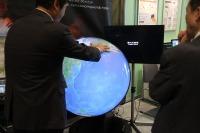 【NEE2013】触れるデジタル地球儀、1時間ごとの雲の表示も可能に 画像