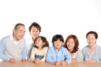 子や孫の帰省時に交通費3万1千円、ほか4万8千円負担…シニア調査