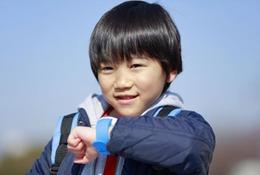 日本初、KDDIが通話できる子ども用腕時計「mamorino Watch」発売