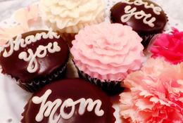 母の日にチョコレートのメッセージを添えたカップケーキ