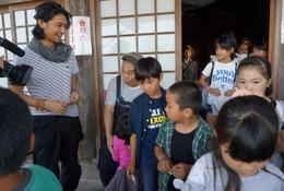 俳優が発案「移動映画館」震災被害の湯布院小学校を慰問