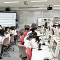 パソコンルームを使っての授業。この日は19人の生徒が授業に臨んだ