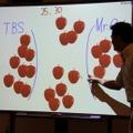参加者と岡沢氏がりんごとりゲームで対戦。なお「TBS」はTokyo Big Sight」で参加者側のこと