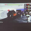 参加者は会場に映し出されたプロジェクター画面で戦いのようすを観戦