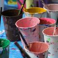 ターナー色彩が用意した塗料。色とりどりで鮮やか