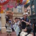 ワールドバザールでの撮影のようす (c) Disney