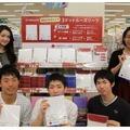 売場に並ぶ商品と早稲田学生
