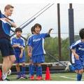 ネイティブとバイリンガルの先生が英語で楽しくサッカーを指導