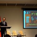 展覧会の内容を説明する国立新美術館の南雄介副館長