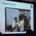 津市立新町小学校の学生がAETと正しい発音を練習している場面