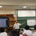 前回の授業を振り返る。電子黒板にはデジタル教科書が映されている