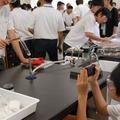 班ごとに分かれて実験。そのプロセスをデジタルカメラで撮影する
