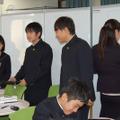 プレゼンの内容を可動式ホワイトボードに書き込む岩田教諭