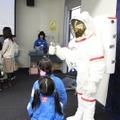 宇宙飛行士と記念撮影