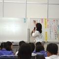 ホワイトボードにまとめる青山教諭 国語
