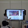 線を引いた文章を電子黒板で共有する児童 国語