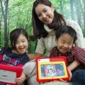 LGキッズタブレット韓国の家電メーカーは、2012年から幼児向けタブレットPCを次々発売している。LG電子のキッズタブレットはインターネットにつながらない学習目的の7インチタブレットPC。シリコンカバーをつけてあり、子どもがPCを落としても、踏んでも、壊れないのが特徴