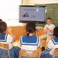 視覚教材を使って手話で意味を確認している様子(熊本県立熊本聾学校)