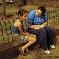 真夜中にも関わらず路上にいた11歳の女の子と話をする社会福祉省のスタッフ(コロンビア)