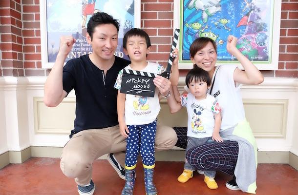 「ディズニーフォトツアー」に参加した川原田さんファミリー (c) Disney