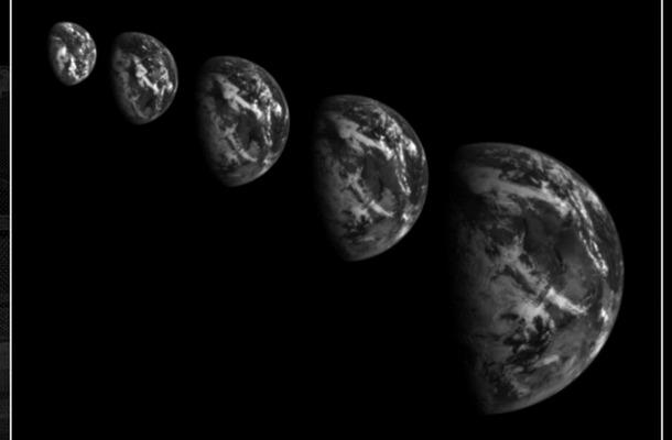 「はやぶさ2」スイングバイ直前に撮影された地球。左から右へ撮像時刻が移行しており、じょじょに接近している(C)JAXA