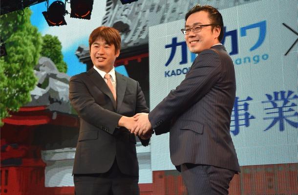 握手を交わす、川上氏と坪田氏