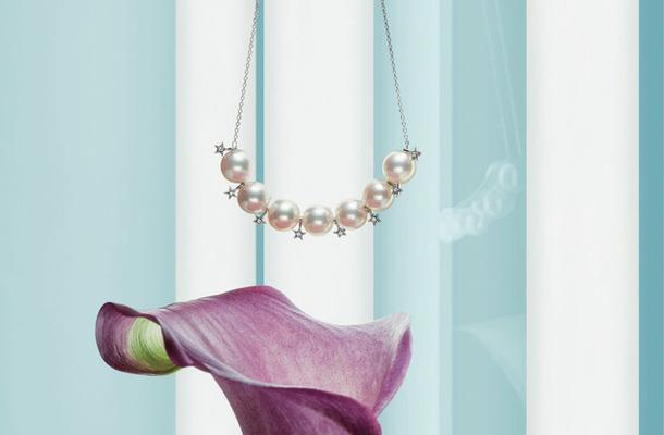 スタージュエリー プレシャスからは、謝恩会など特別なシーンで身につけたい優美なアコヤパールのネックレス(10万7,000円)をチョイス