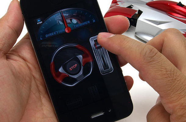 「iPhone Controlled Wall Climbing Car iW500」をiPhoneで操作するイメージ(iPhoneは別売)