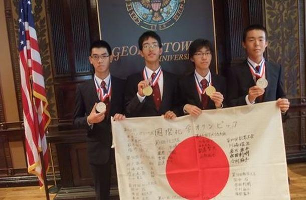 閉会式直後、メダルを手に。左から、澁谷さん、副島さん、山角さん、加藤さん。