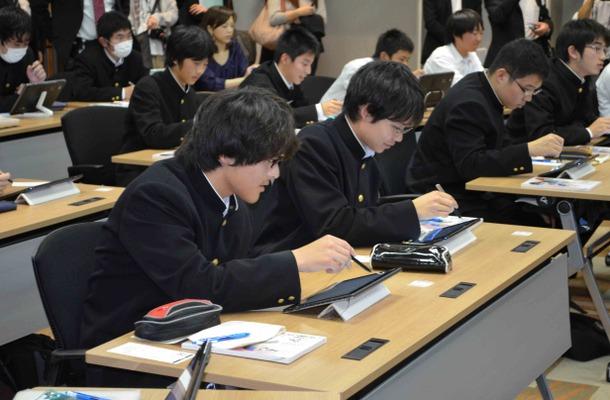 Windows 8搭載端末で授業を受ける高校生