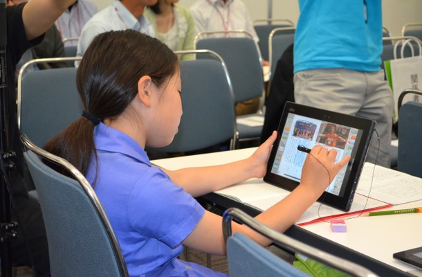 デジタル教科書に線を引く児童 国語