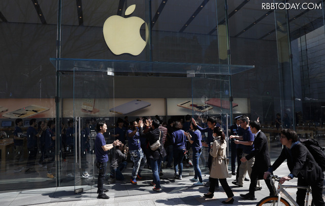 iPhone SEの発売日の様子(Apple Store 表参道)(C)Getty Images