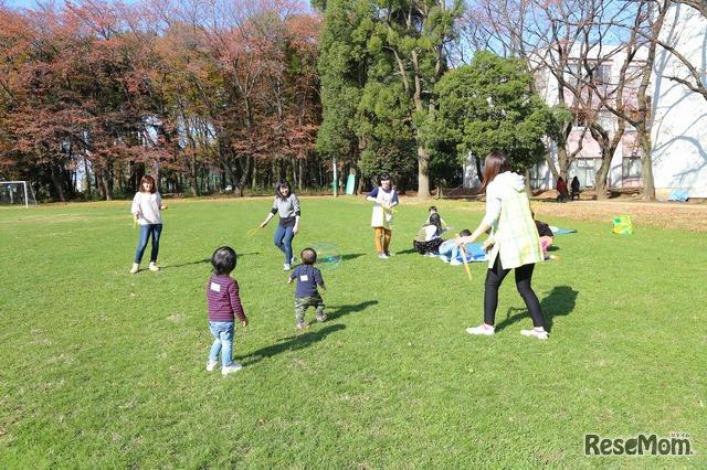 広々とした芝生で遊ぶ「プラスママの子育てサロン」参加者たち