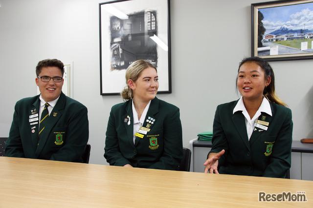 スポッツウッド・カレッジで留学生サポートと行っているKurtisさん(左)、Cascadeさん(中)、Hikaruさん(右)。3人ともニュージーランドの生徒だ