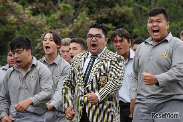 ニュープリマス・ボーイズ・ハイスクールの生徒が「スクールハカ(校歌に値するもの)」含む3つのハカを披露してくれた。真ん中は成績優秀なMikeさん。ハカのリーダーを務める