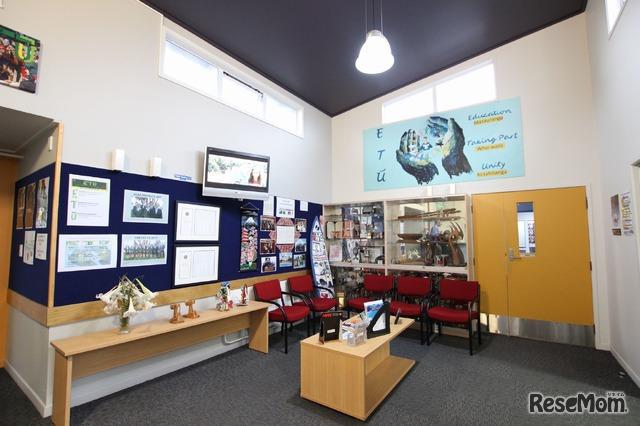 スポッツウッド・カレッジ 校内のようす。写真は生徒や来客を迎える学校エントランス内