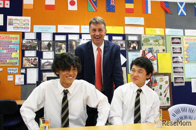 <オフショット>赤星好誠さん(左)と黒崎貞人さん(右)。先生と笑顔で冗談を交わし合う