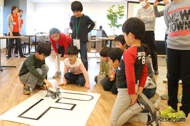 小学3年生から受講(目安)できる「ロボットプログラミングコース」の発表に1年生は興味津々