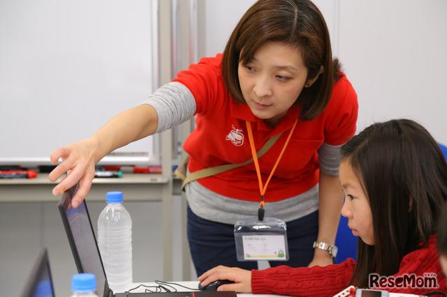 「プログラミングの答えは1つじゃないというのが楽しい」というたま先生(F@IT Kids Club体験会)