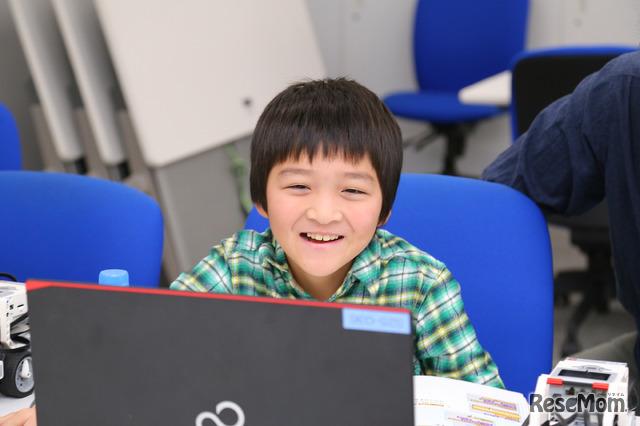 プログラムで息を吹き込んだキャラクターが動くたびに笑顔に(F@IT Kids Club体験会)