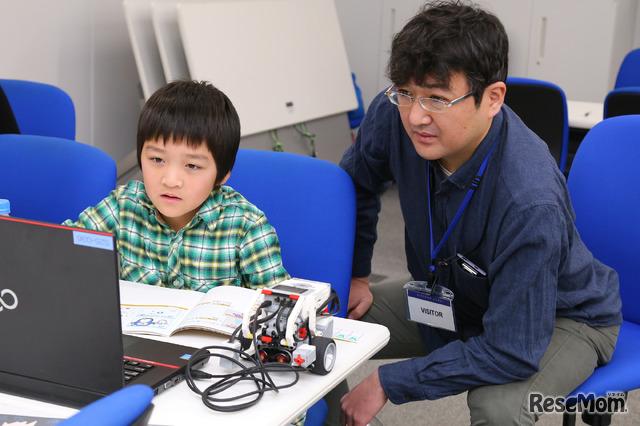 スクラッチの次はロボットプログラミング、集中力は途切れない(F@IT Kids Club体験会)