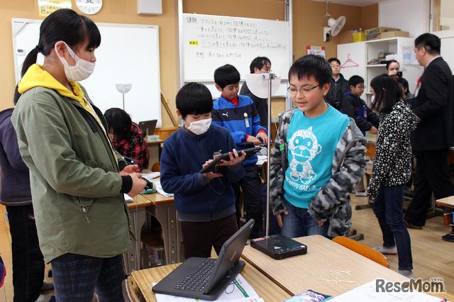 2018年1月26日、佐賀県多久市立東原庠舎中央小学校で行われた公開授業のようす(写真は理科の時間)ふりこで重さをはかる実験中。タブレットを利用して、結果を記録していく
