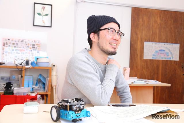 「mBot」を使って小学生にロボットプログラミングを教えているアザイ・コミュニケーションズ代表取締役 久木田寛直氏、その学習効果について語る