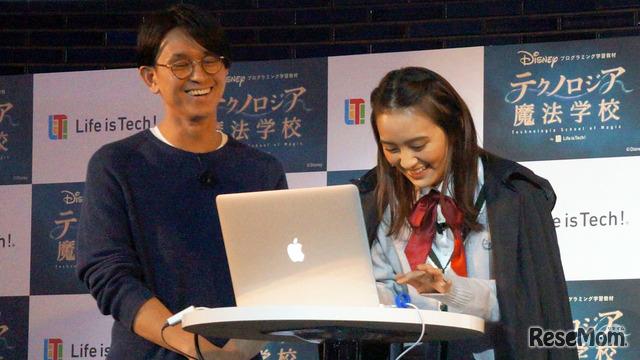 プログラミングに挑戦する岡田結実さん。実際に会場でプログラムを完成させる