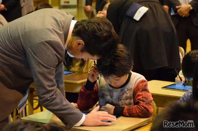 東京都八丈島・八丈町立三根小学校で2018年2月20日に行われた公開授業のようす