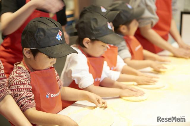 「ピザってこんなに難しいんだ~」と言いながらも楽しんで参加する子どもたち